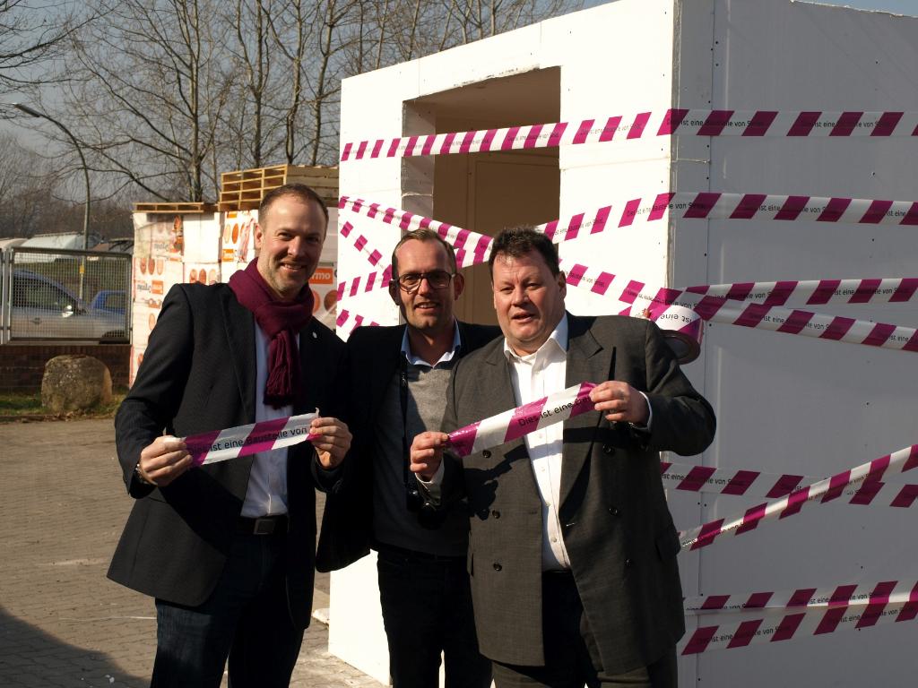 Start des Brandversuchs mit GF Frank Bodnariuk (rechts) und Vertretern der Firma Siniat.