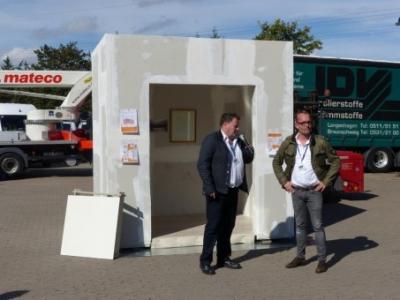 GF Bodnariuk und Siniat Fachmann Simon Borges zur Begrüssung des Brandversuchs.
